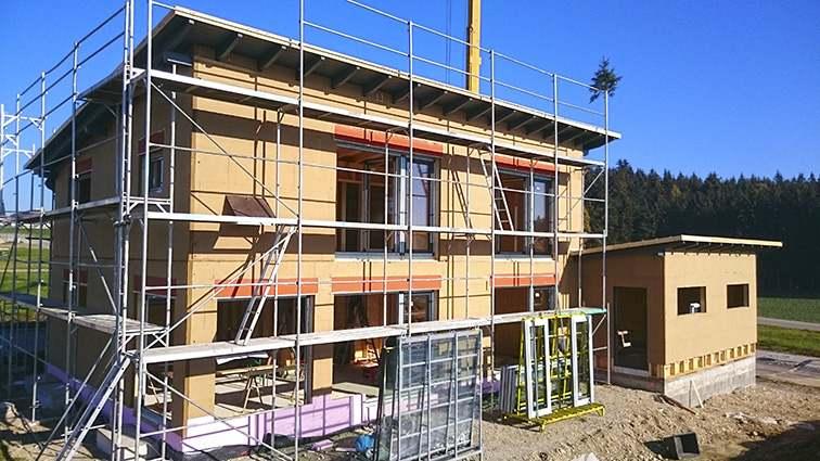 Holzhaus mit Nebengebäude