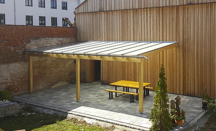 Holzfassade mit Glasdach